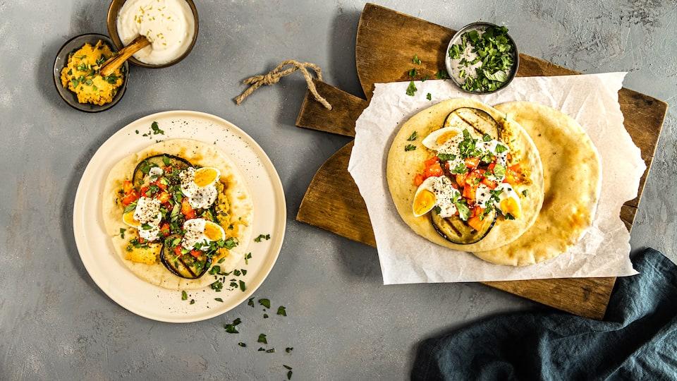 Sogar das Pita-Brot machen wir selber in unserem Rezept für Sabich: Leckere Pita-Brote mit Auberginen-Füllung, selbstgemachtem Hummus und Joghurtsoße.