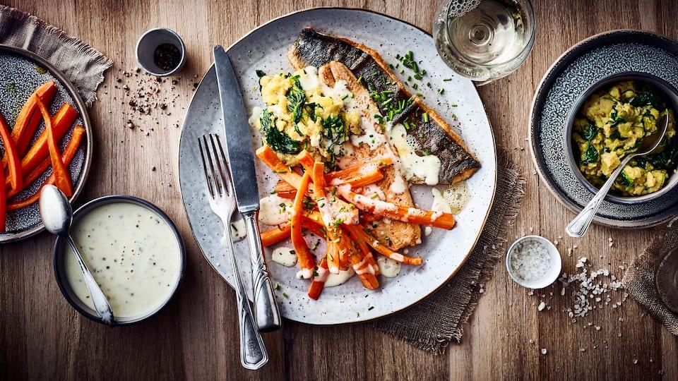 Essen Sie gerne Fisch ? Dann probieren Sie unser knusprig gebratenes Saiblingfilet in Senfsoße an karamellisiertem Möhrengemüse und Spinat-Kartoffel-Stampf – in 75 Minuten auf dem Tisch!