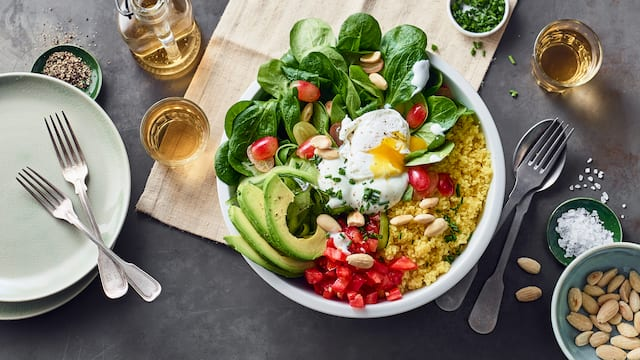 Frisch, schnell fertig und geschmacklich wie optisch ein Highlight: Genießen Sie den größten Food-Trend der Saison jetzt zu Hause mit unserem Rezept für eine kunterbunte Salat Bowl mit Couscous, knackigem Gemüse und pochiertem Ei!
