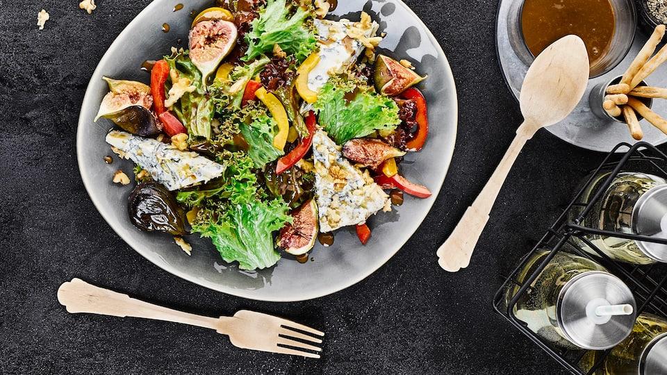 Sommerlich leichter Genuss: Probieren Sie unser Rezept für einen grünen Salat mit Gorgonzola, gebackenen Feigen, Paprika und Walnüssen unbedingt einmal aus!