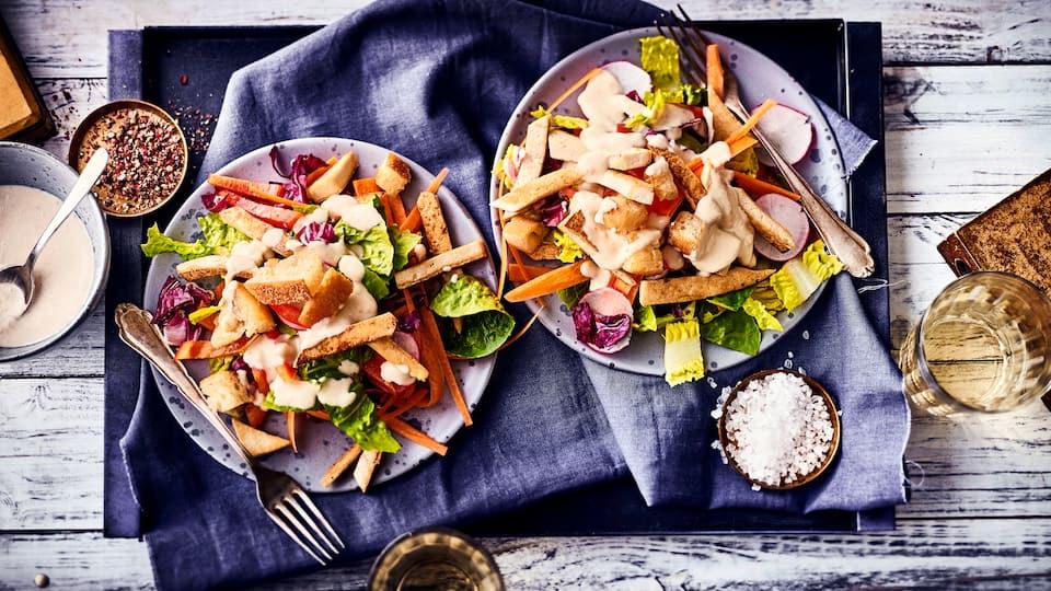 Sie suchen einen erfrischenden, gesunden Snack? Probieren Sie unseren veganen Radicchio-Salat mit Paprika, Radieschen und Tofu an pikantem Mandel-Soja-Dressing – fertig in 30 Minuten!
