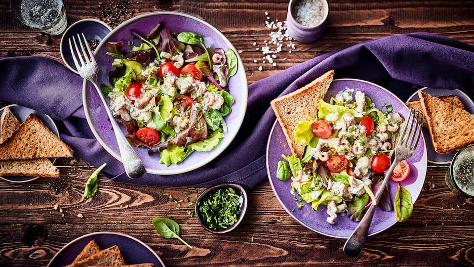 Ob mit rohen, gebratenen oder überbackenen Pilzen – unser Rezept für Salat mit Pilzen schmeckt in allen Varianten und mit unterschiedlichen Sorten köstlich!