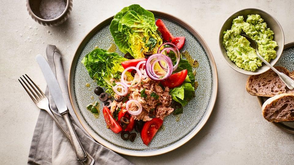 Knackig-frisches Gericht nach griechischer Art: Probieren Sie unsere Salatherzen mit Thunfisch, schwarzen Oliven und Tomaten an Avocado-Käse-Dip!