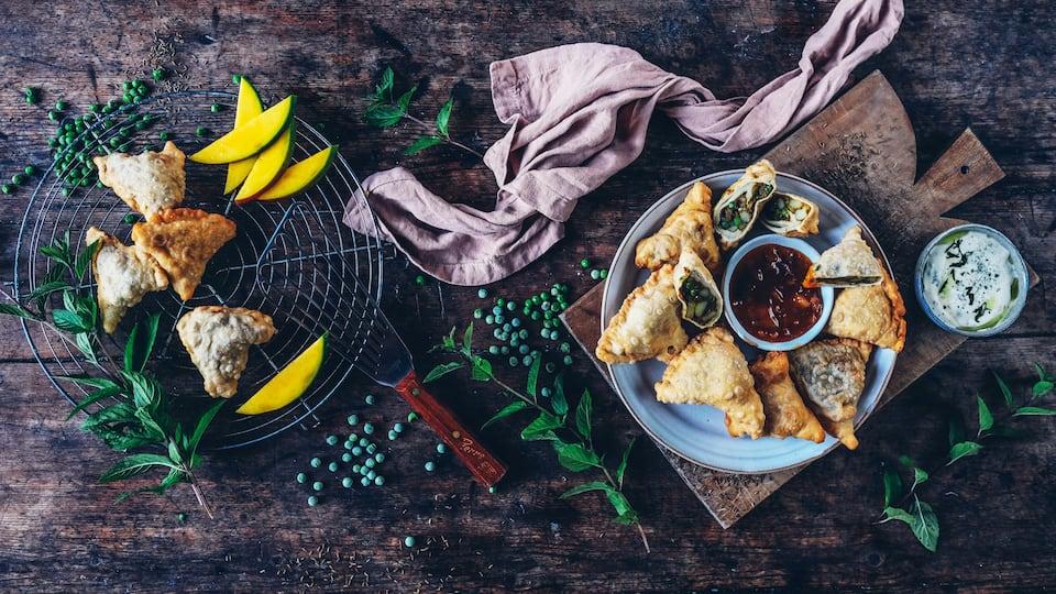 Indisches Streetfood für die extra Portion Sehnsuchtsküche: Samosa – gefüllte Teigtaschen wahlweise mit einem leckeren Chutney oder Dip.
