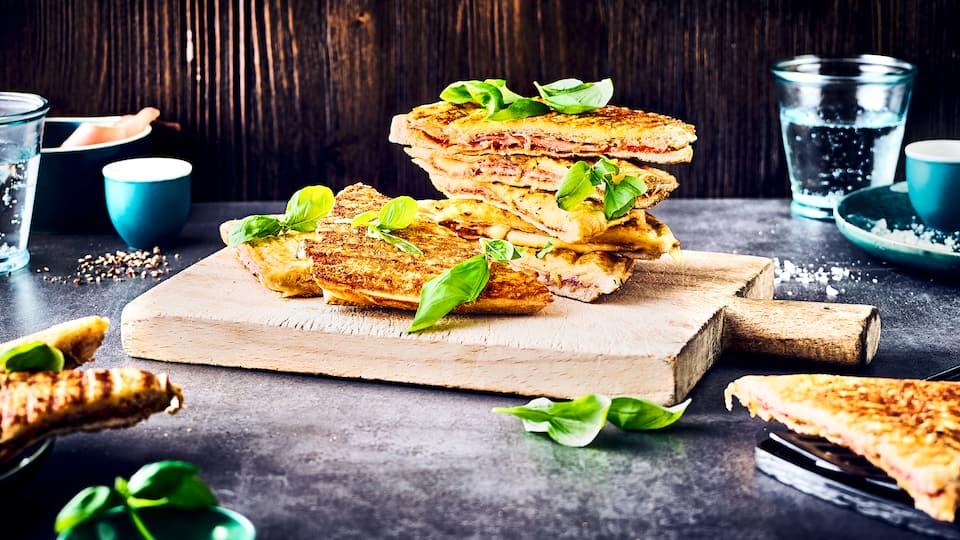 Doppelt Käse = doppelt lecker! Unsere Sandwiches mit Parmesan-Kruste aus dem Sandwichmaker sind einfach und schnell zubereitet und mal etwas Anderes auf der Sandwich-Platte!