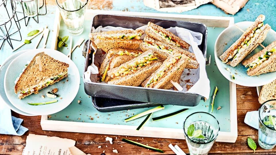 Vegetarische Zwischenmahlzeit: Probieren Sie unser Vollkorn-Sandwich mit Zucchini, Kräuter-Tomaten-Creme und Frischkäse – fertig in 10 Minuten!