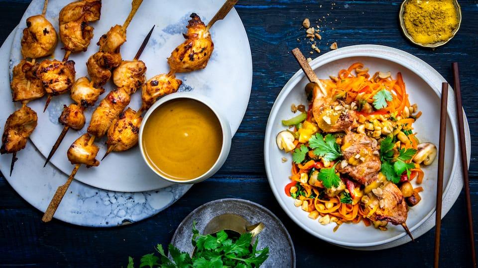 Mit unserem Saté-Spieße-Rezept gelingt Ihnen ein exotisches Gericht mit Hähnchenbrustfilet in pikanter Marinade und selbstgemachter Erdnusssauce. Ein knackiger Thai-Salat mit viel frischem Gemüse rundet das Ganze ab.