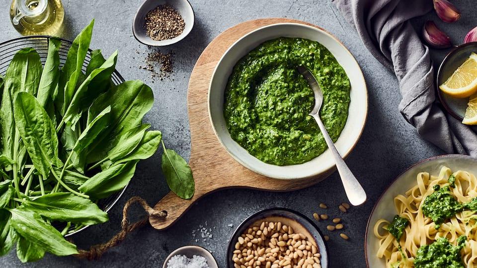 Wer Lust auf Abwechslung hat, sollte mal unser Sauerampfer-Pesto ausprobieren. Die leicht säuerliche Note macht den Geschmack besonders.