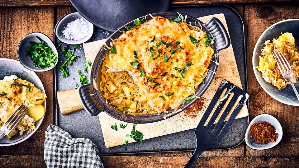 Probieren Sie unseren Sauerkraut-Gemüse-Auflauf mit Frischkäse. Mediterrane Kräuter wie Majoran und Thymian sorgen für die gewünschte Würze!