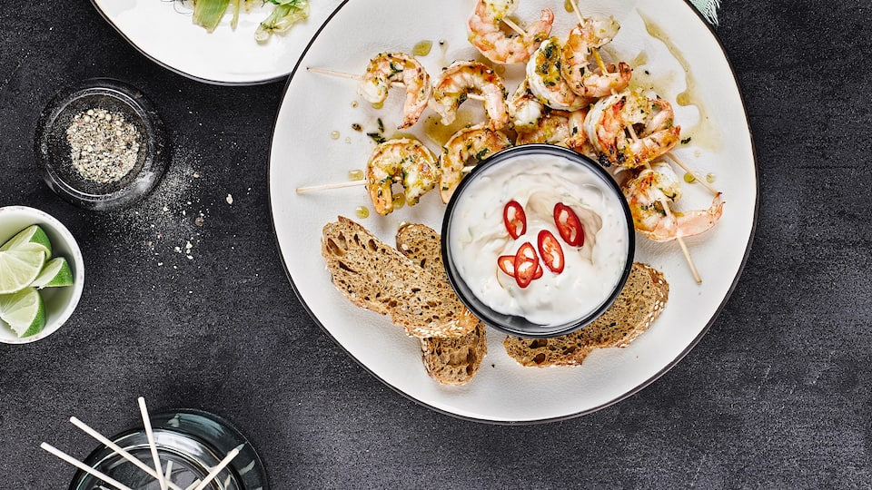 Unsere saftigen Scampi-Spieße kombinieren die aromatischen Krustentiere mit kräftiger Aioli und feinem Fenchelsalat zu einem unwiderstehlichen Genuss!