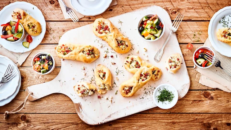 Unser Tipp für eine mediterrane Zwischenmahlzeit: Probieren Sie unseren Snack aus selbstgemachtem Fladenbrot mit Feta-Käse und Schinken, dazu einen bunten Gurke-Tomate-Paprika-Salat mit Oliven!
