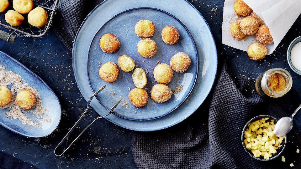 Schmalzkuchen wie vom Jahrmarkt! Die kleinen selbstgemachten Schmalzkuchen mit Apfelstückchen duften nicht nur herrlich, sie sind auch einfach zum Anbeißen!