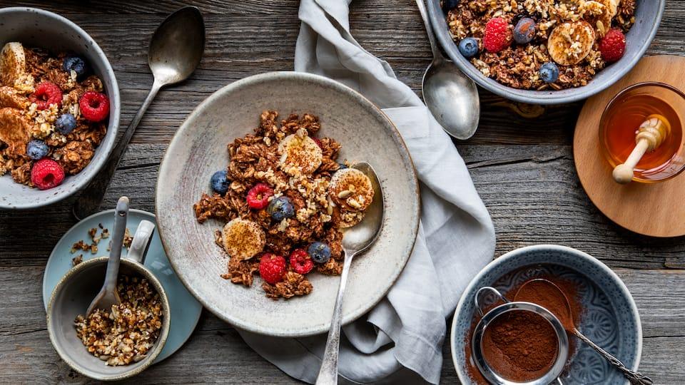 Porridge ist nicht nur richtig gesund, sondern auch besonders lecker. Und mit selbstgemachtem Crunch aus gehackten Haselnüssen, Leinsamen, Kokosflocken und gepopptem Amaranth super aromatisch und kernig!