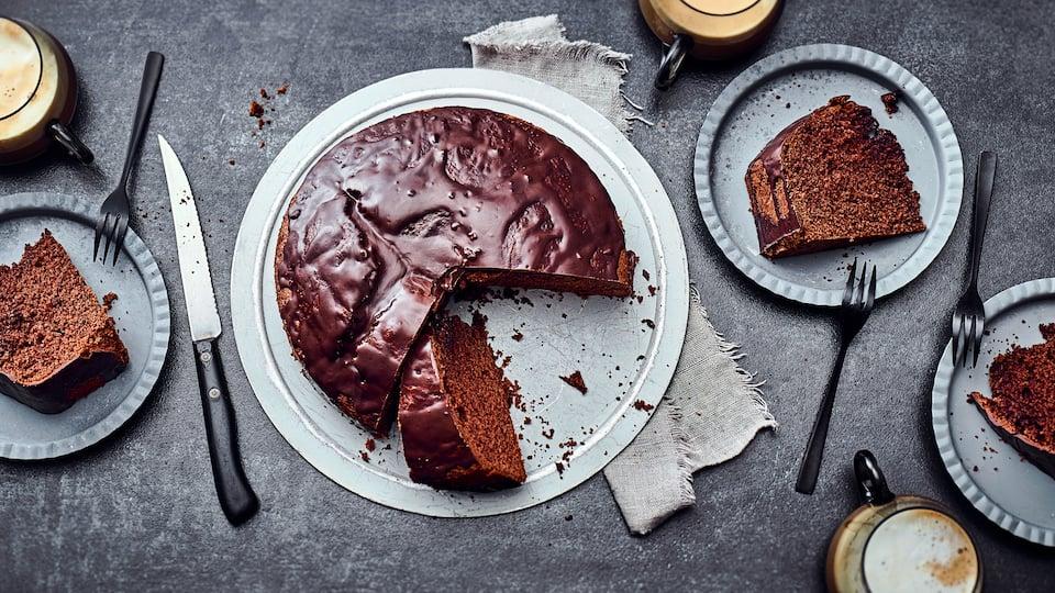 Probieren Sie unser Rezept für einen feinen klassischen Schokoladenkuchen aus Rührteig in einer runden Form gebacken.