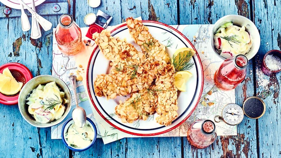 Fisch isst man am besten im Restaurant am Hafen, aber auch zuhause können Sie dieses Gericht servieren und genießen: Schollenfilet in Mandelkruste mit selbstgemachter Orangen-Remoulade und zweierlei Salat.