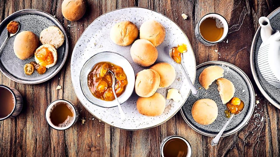 Teebrötchen wie sie in Schottland gerne zur Teatime gegessen werden. Die schottischen Scones werden mit Zwergorangen-Konfitüre serviert. Dazu passt Clotted Cream.