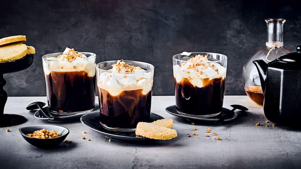 Heißer Muntermacher: Probieren Sie unseren schottischen Kaffee mit Whisky, braunem Zucker, Sahne und Haselnuss-Krokant – in 10 Minuten fertig!
