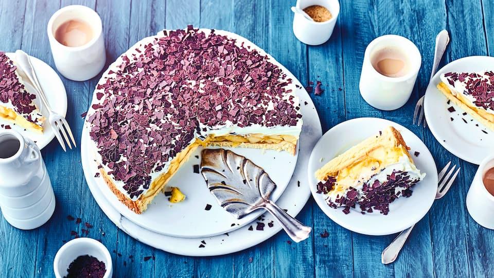 Unser schwedisches Apfeltorten-Rezept mit Vanillepudding und einer Sahneschicht mit Amaretto und Schokoladenraspeln wird Ihnen zu jeder Jahreszeit schmecken.
