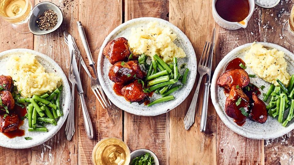 Nicht zu verwechseln mit Schweineöhrchen: Unser Rezept für leckere Schweinebäckchen in Rotweinsoße mit Kartoffeln und grünen Bohnen.