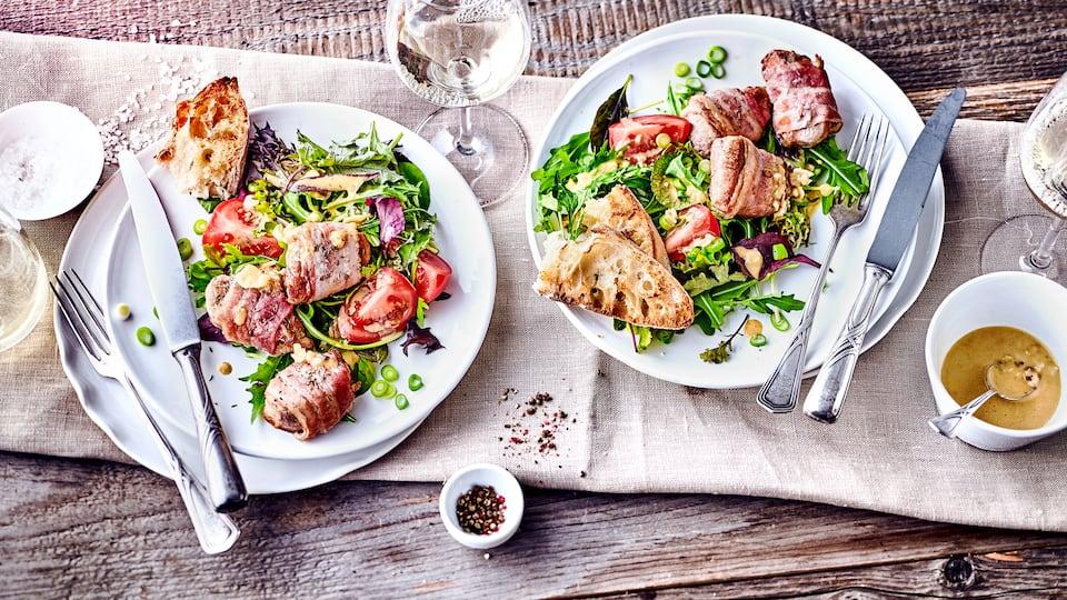 Mediterranes Gericht vom Grill: Probieren Sie unsere Schweinefilets an Ceasar Salat mit pikantem Dressing aus Parmesan, Knoblauch und Sardellenfilets!