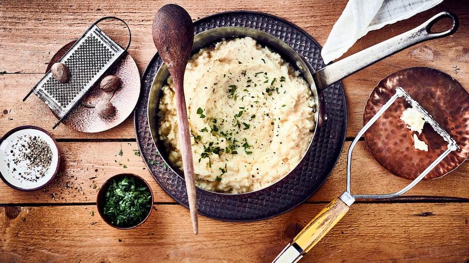 Eine leckere Beilage zu winterlichen Fleischgerichten oder Fisch: Selbstgemachtes Selleriepüree mit Sahne und Muskatnuss.