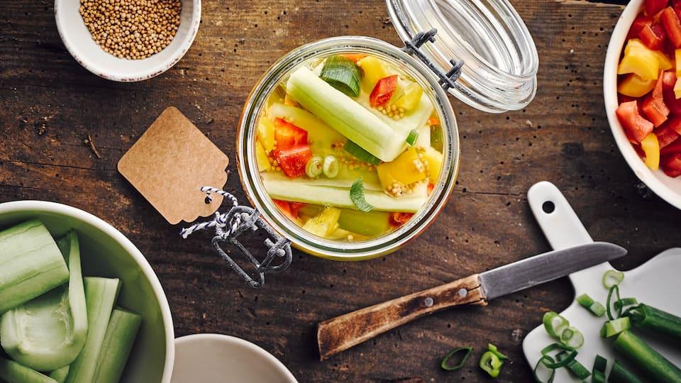 Was tun mit der üppigen Gurkenernte aus dem Garten? Verarbeiten Sie die Kürbisgewächse zur haltbaren Konserve und entdecken Sie unser Rezept für würzige Senfgurken!