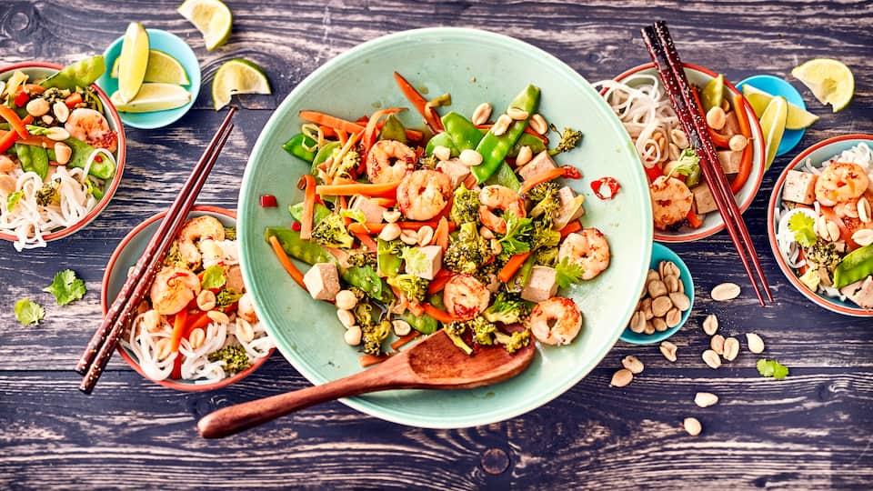 Wir servieren die asiatischen Shirataki Nudeln mit Tofu, Garnelen und viel frischem Gemüse. Dazu gibt es eine selbstgemachte Soße und viel frischen Koriander!