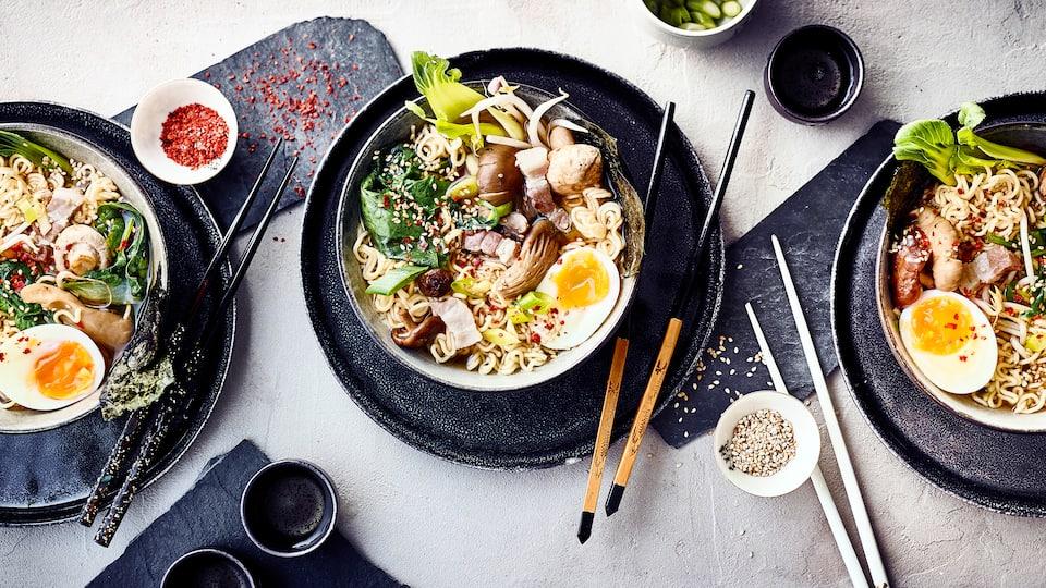 Wer die fernöstliche Küche liebt, sollte unser Rezept für Shoyu Ramen probieren: Die japanische Nudelsuppe mit Schweinebauch schmeckt lecker würzig.