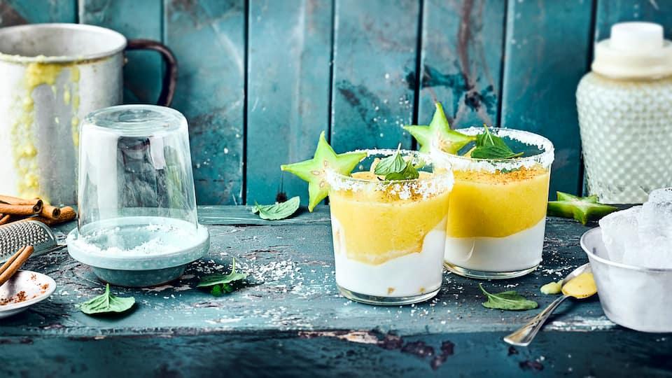 Exotische Erfrischung: Probieren Sie unseren Smoothie Cocktail mit frischer Ananas, Kokosmilch, Karambole und Minze – fruchtig und lecker!
