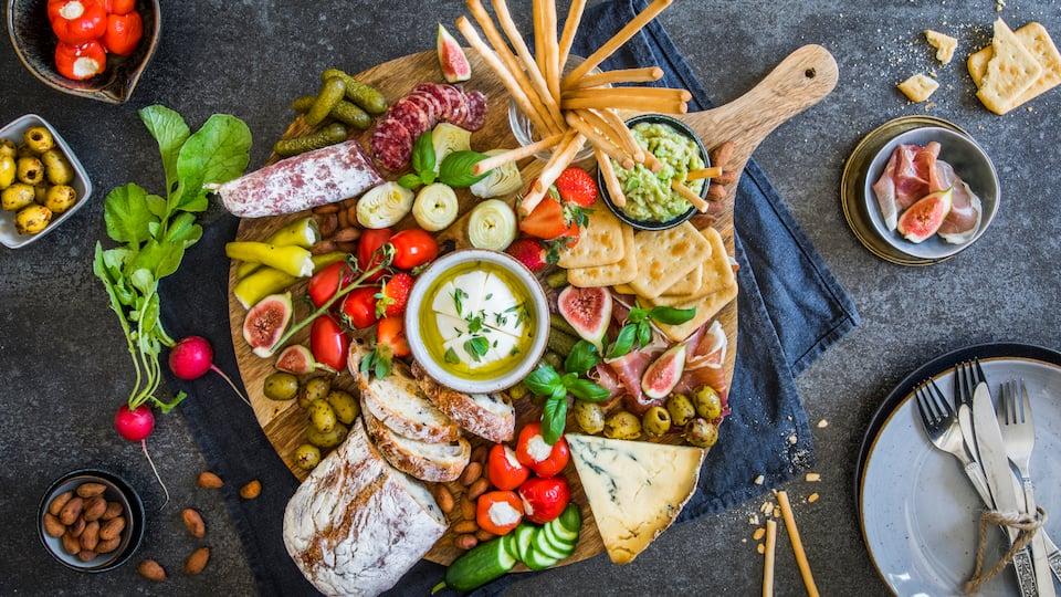 Ein spanischer Abend für Zuhause: Die große Snack-Platte mit Iberico-Schinken, Salami, Mozzarella, gefüllten Gemüse und vielem mehr hat für jeden Geschmack etwas dabei – verwöhnen Sie sich und Ihre Gäste!