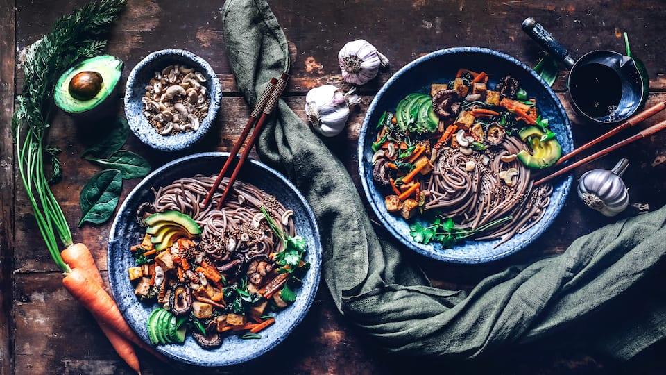 Japanische Soba Nudeln sind kalorienärmer als herkömmliche Pasta und mit viel Gemüse in Japan ein echter Klassiker!