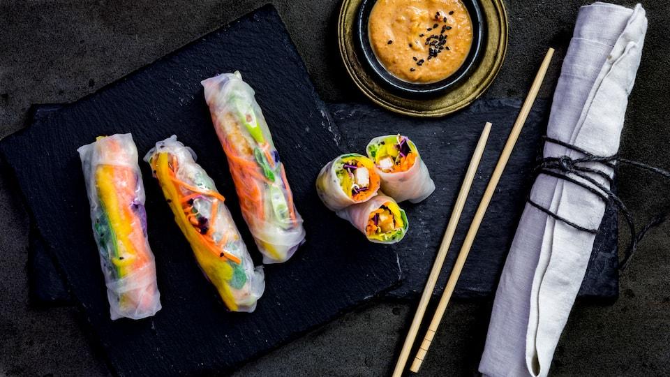 Perfekt als Snack oder leichtes asiatisches Abendessen: Reispapierrollen mit Gemüse und Tofu gefüllt und leckerer Erdnussdip.