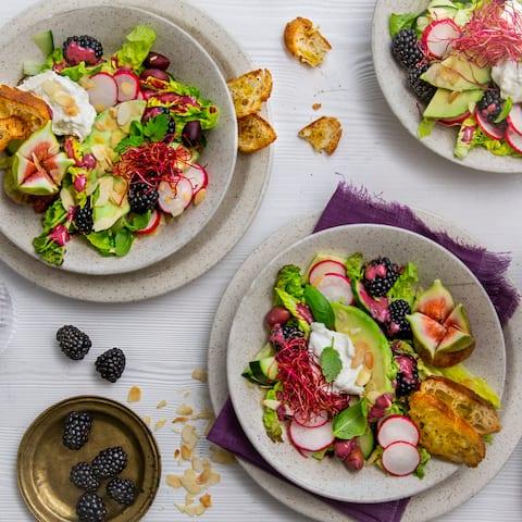 Sommerlicher Salat mit Brombeeren, Avocado, Feigen, Burrata und Brombeer-Dressing. Dazu gibt es selbstgemachte Brotchips