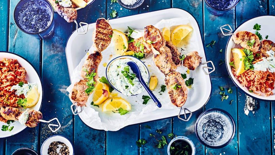 Ein Herzstück der griechischen Küche ist Souvlaki mit Tomatenreis – mit unserem Rezept ganz einfach zuhause einen griechischen Abend veranstalten!