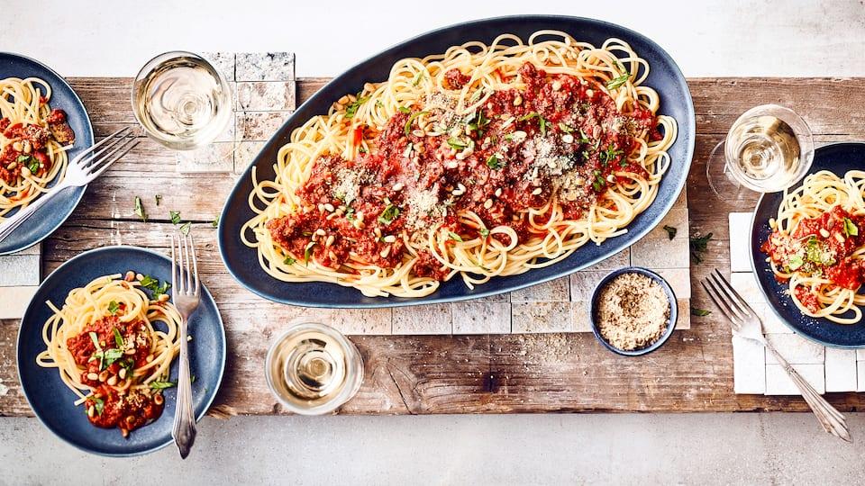 Veganes Pastagericht: Probieren Sie unsere Spaghetti mit einer Bolognese aus passierten Tomaten, Tofu und Pinienkernen – fertig in nur 25 Minuten!
