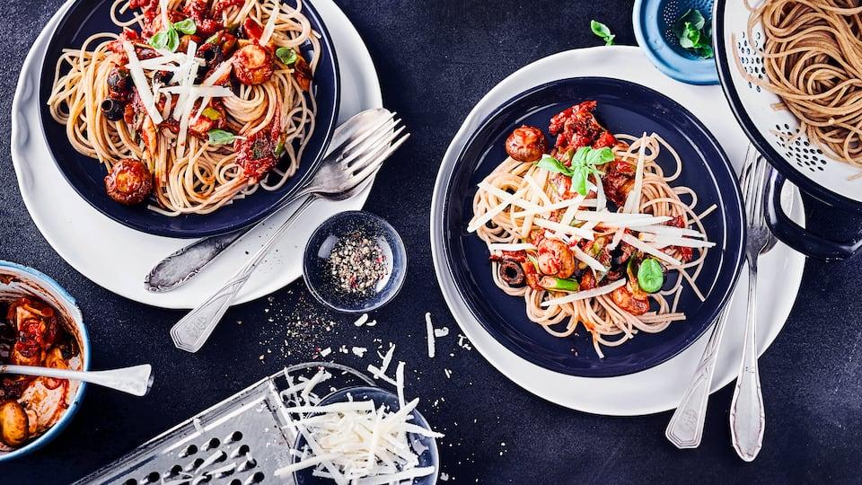 Lust auf ein vegetarisches Nudelgericht? Probieren Sie unser Rezept für Spaghetti mit Champignons, getrockneten Tomaten und frischem Basilikum aus!