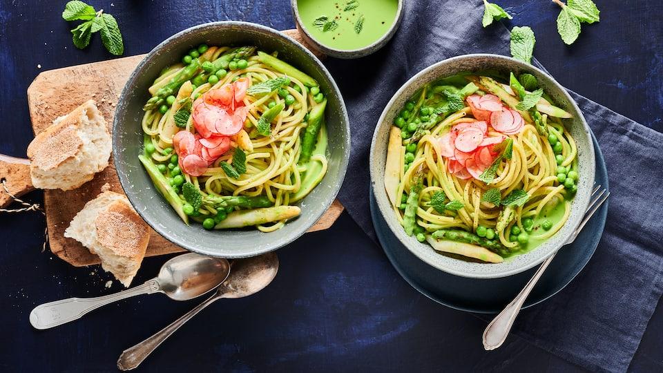 Spaghetti mit Soße einmal anders: Wir bereiten diese köstliche Soße aus TK-Erbsen, zweierlei gebratenem Spargel, Brokkoli und Sauerampfer zu.