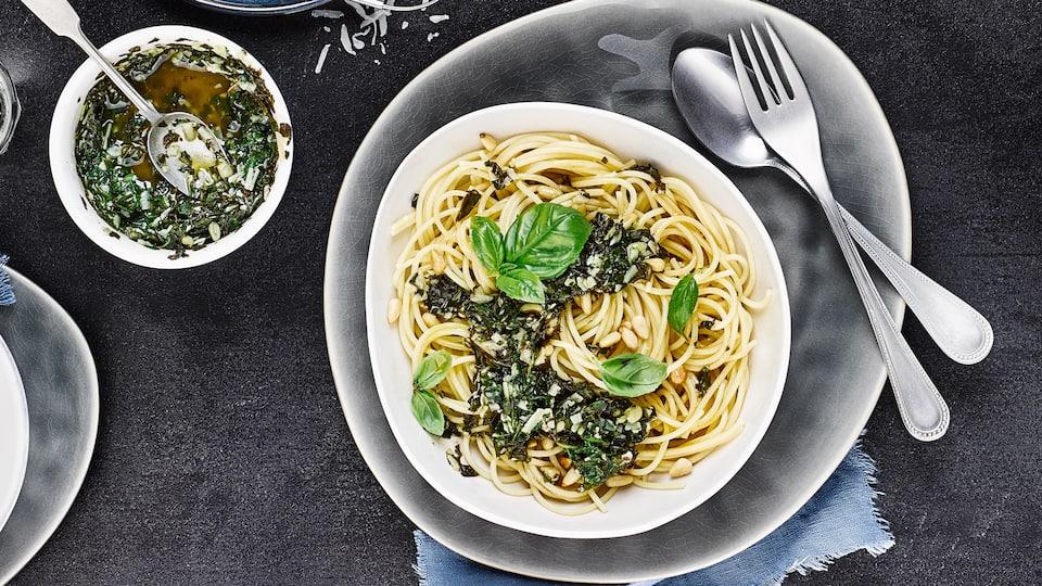 Mit unserem Rezept bringen Sie diesen Klassiker im Nu selbst auf den Tisch: Spaghetti mit Pesto aus frischem Basilikum – fertig in 20 Minuten!