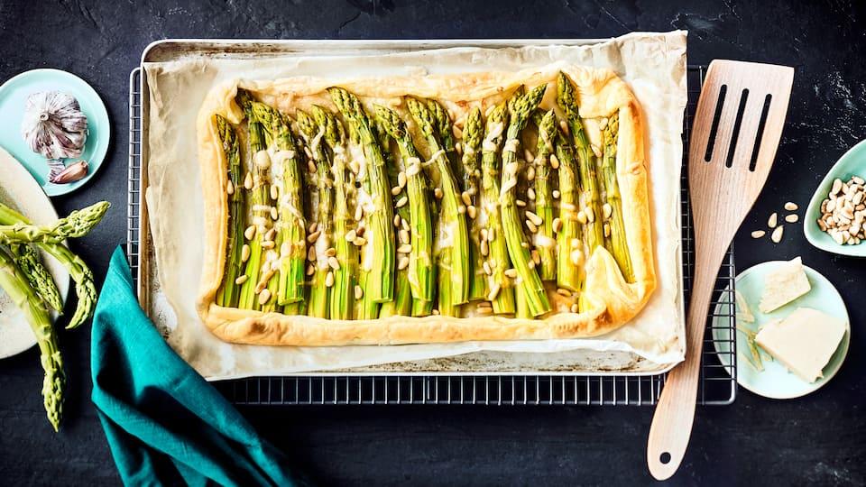 Köstliche Blätterteig-Tarte mit grünem Spargel, Knoblauch, Blätterteig, Parmesan und gerösteten Pinienkernen - nur 5 Zutaten und ein traumhaftes Ergebnis!