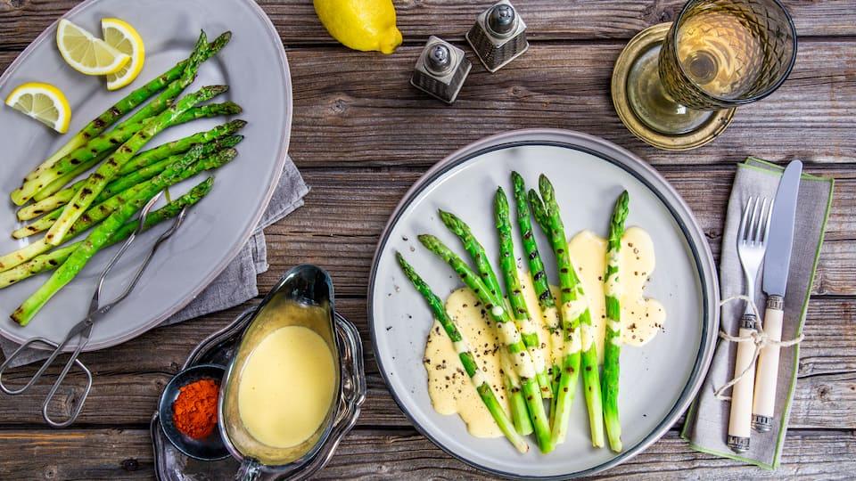 Bereiten Sie beim nächsten Spargelessen Ihre eigene appetitliche Sauce Hollandaise zu und tauchen Sie knackigen grünen Spargel in die delikate Soße aus Butter, Ei und Weißwein!