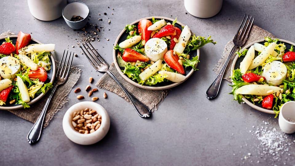 Unser Tipp für ein fruchtig-leichtes Sommergericht: Probieren Sie unseren Spargelsalat mit Erdbeeren und Ziegenkäse mit einer Vinaigrette aus gerösteten Pinienkernen –  pikant und lecker!