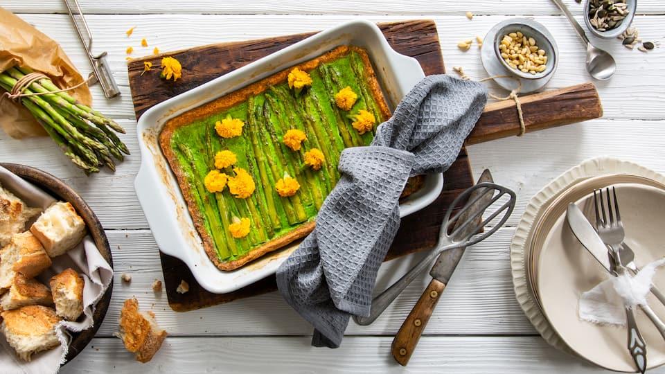 Probieren Sie unser Spargeltarte-Rezept aus und bereiten Sie sich einen herrlich knusprigen Mürbeteig mit cremig-würziger Füllung mit Sahne und grünem Spargel zu.