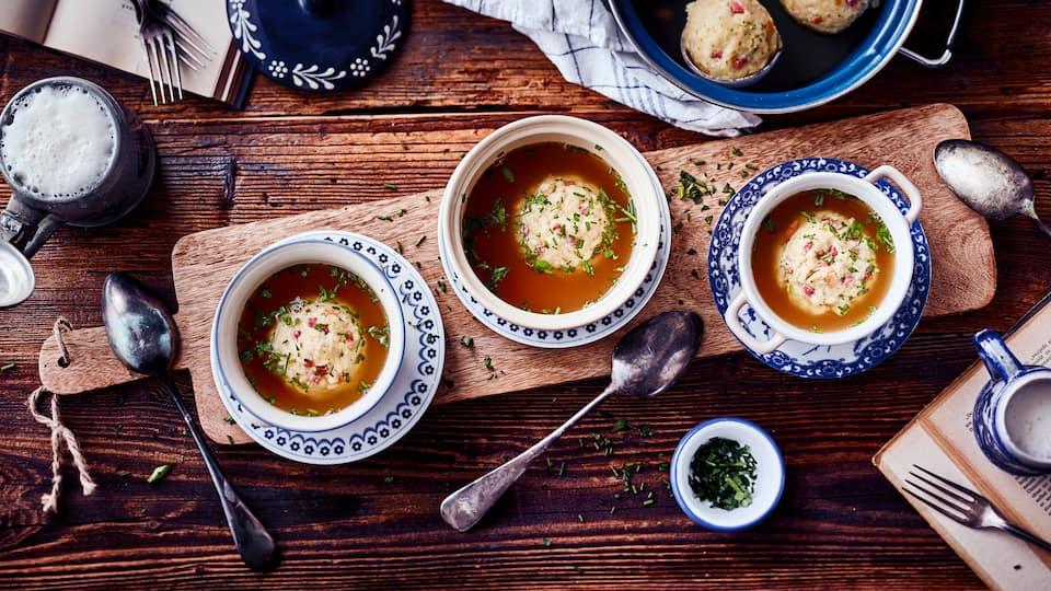 Probieren Sie unser Speckknödelsuppe-Rezept – eine Südtiroler Spezialität: schnell zubereitet, wunderbar wärmend, aromatisch und köstlich.