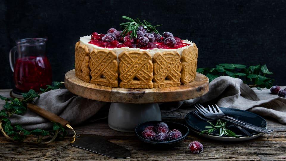 Das perfekte Dessert fürs Weihnachtsessen oder ein gelungener Kuchen für den Adventskaffee: Und unbedingt Spekulatius auf Vorrat kaufen, damit Sie diese Spekulatius-Torte mit köstlicher Creme und Cranberry-Soße auch später noch zubereiten können.