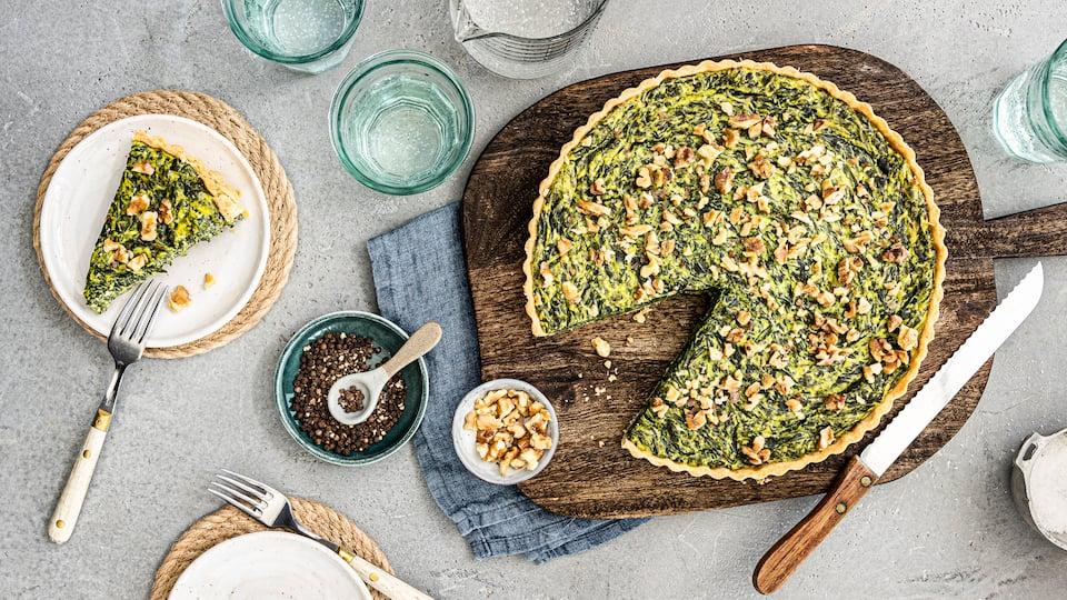 Köstliche Spinat-Käse-Mischung und knuspriger Mürbeteig ergeben diese leckere Spinat-Quiche, die Sie wunderbar Ihren Gästen oder der Familie servieren können.