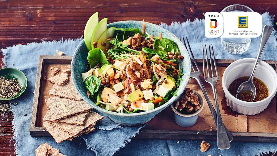 Knackig frischer Salat mit extra viel Power. Unser Rezept für Spinat-Rucola-Feta-Salat mit Avocado kombiniert viel frisches Gemüse mit fruchtigem Dressing!