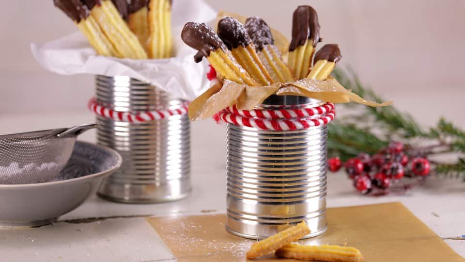 Unser Tipp für Ihre nächste Kinderparty: Probieren Sie unsere köstlichen Spritzgebäck-Pommes aus Butterteig mit Schokoladenkuvertüre!