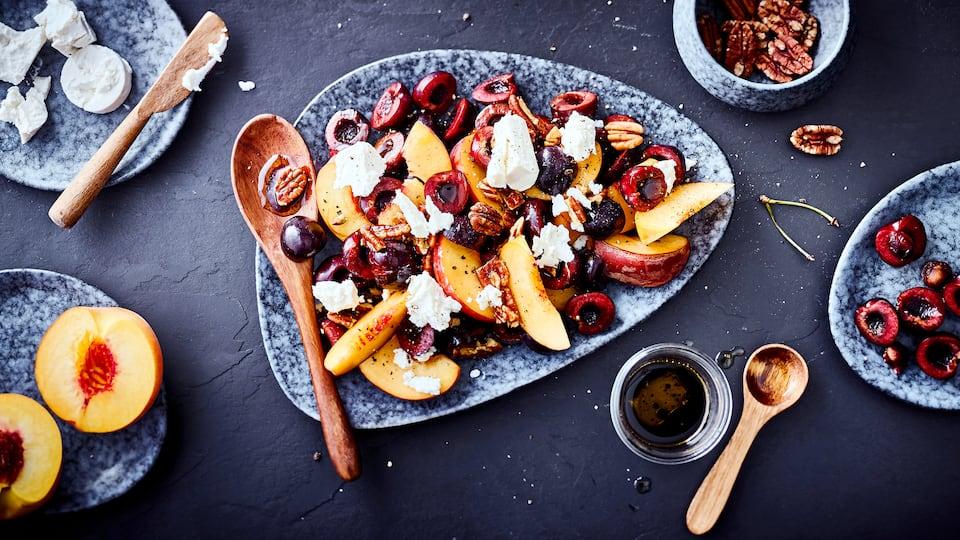 Aus nur 5 Zutaten (+ Salz, Pfeffer, Öl) zaubern Sie hier ruckzuck einen sommerlichen Steinobst-Salat mit Kirschen, Pfirsich, Ziegenkäse, Pekannüssen und Balsamico-Essig.