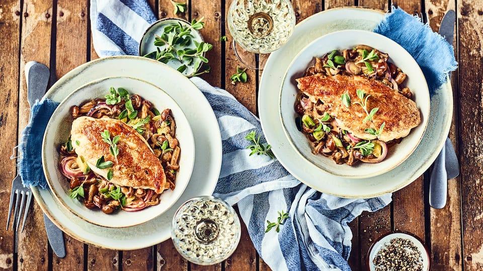 Unser Tipp für ein leckeres Pilzgericht: Probieren Sie unsere Stockschwämmchen mit gebratener Hähnchenbrust in pikanter Paprika-Sahne-Soße!
