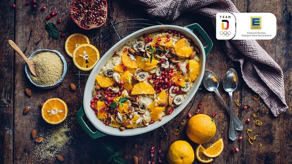 Couscous lässt sich wunderbar vielseitig verwenden und wir präsentieren Ihnen hier eine süße Variante mit Bananen, Mandeln und Vanille in unserem süßen Couscous-Auflauf.